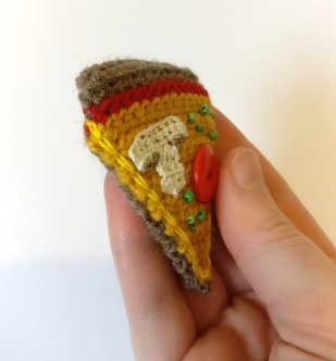 pizza-crochet-brooch-4