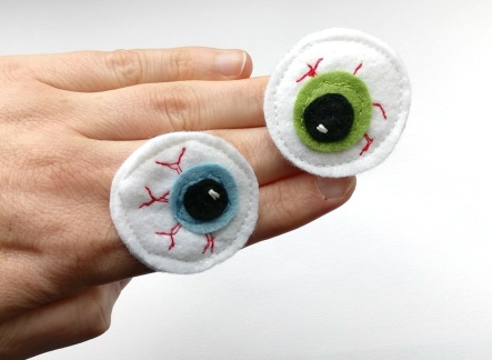eyeball felt brooch (1)